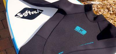 Combinaison et Softech planche de surf
