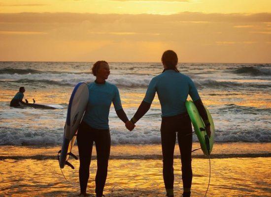 Couple d'amoureux surf coucher de soleil | Chill surf School Seignosse